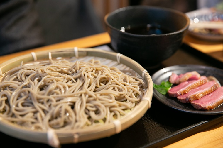 Kamoseiro is the most popular choice. Try the taste of soba and duck locally grown in Okura.