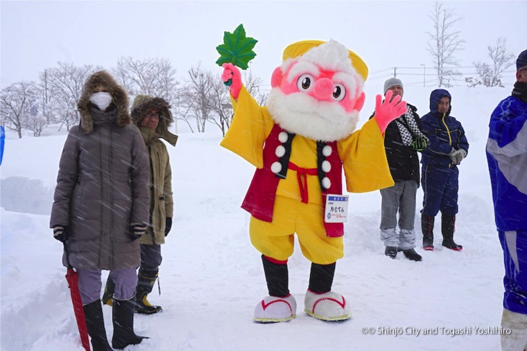 """Kamuten"", the mascot that loves playing in the snow"
